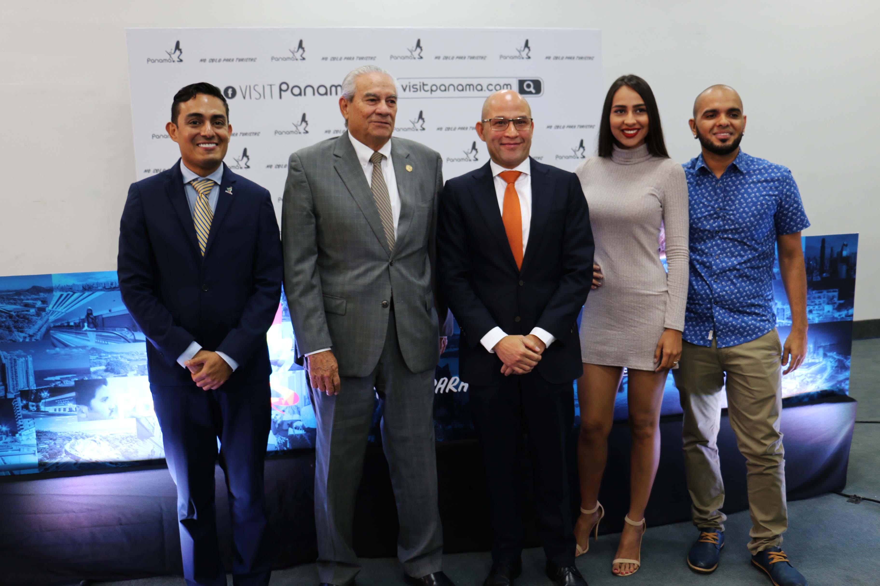 Enrique Sanchez de ATP, Antonio Alfaro de CAMTUR, Gustavo Him Ministro de Turismo y Karen Santiago y Carlos De Sedas de la orquesta Mecanik Informal