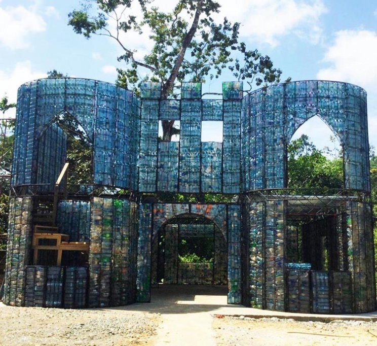The Village: Construido con Botellas de plastico